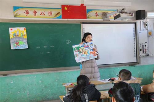 邵宇老师执教五年级美术《家乡古建筑》,邵老师以让学生补充